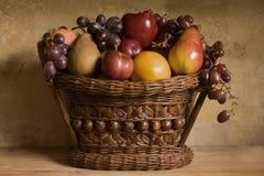 De fruta todavía de la cesta vida imagenes de archivo