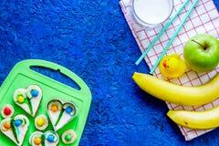 De Fuitsnack voor clildren Grappige sandwiches, vruchten en melk op blauwe lijst hoogste mening als achtergrond copyspace Royalty-vrije Stock Fotografie