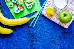 De Fuitsnack voor clildren Grappige sandwiches, vruchten en melk op blauwe lijst hoogste mening als achtergrond copyspace Royalty-vrije Stock Afbeelding