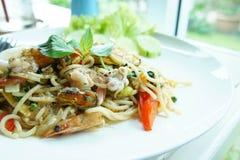 De fulla nudlarna, spagettiskaldjur Thailand stil, smak royaltyfria bilder