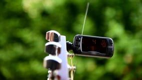 De functie van het gebruiksmetronoom in digitale gitaartuner stock footage