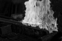 De fundición en un herrero Forge Imágenes de archivo libres de regalías