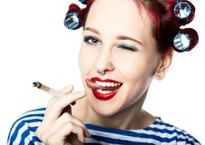 De Funyhuisvrouw met krulspelden rookt een sigaret rokende onderbreking voor sexy dame Vrije ruimte voor uw tekst stock foto