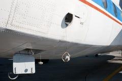 De fuselage van het vliegtuig met schroefdoppen Stock Fotografie
