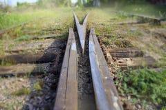 De fusie van twee spoorwegsporen samen stock afbeeldingen