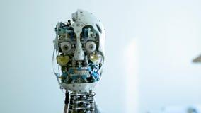 De futuristische humanoid vrouwelijke robot is nutteloos Concept toekomst Het hoofd van een robot van humanoid androïde humanoid  stock video