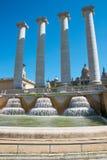 De fyra kolonnerna och springbrunnarna på den Espanya fyrkanten, Barcelona Arkivfoto