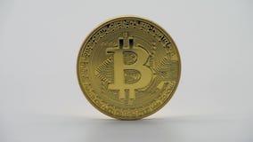 De fysieke munt van metaal gouden Bitcoin, witte achtergrond Cryptocurrency stock video
