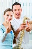 Patiënt bij de fysiotherapie die fysieke therapie doen Stock Fotografie