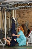 De fysiotherapeut helpt patiënt te rehabiliteren Stock Afbeelding