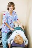 De fysiotherapeut houdt van Haar Baan Stock Afbeeldingen