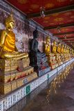 De Galerij van Boedha in Wat Suthat-tempel, Bangkok Stock Foto's