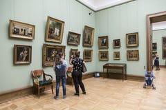 De Galerij van Tretyakov van de staat Bezoekers aan de zaal van de Witrussische kunstenaar van de 19de eeuw Ivan Khrutsky, Moskou stock afbeeldingen