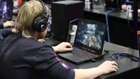 De Gamerswimpels die videospelletjes op laptops op Igromir-Spelenwereld spelen en Grappig bedriegen Rusland 2017 in Moskou, Rusla stock videobeelden