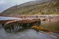 De gamla översvämmade träfartygen Teriberka Ryssland royaltyfri bild