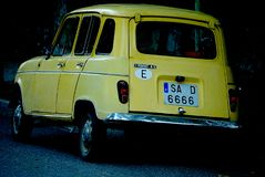 De gamla bilarna Renault En relik arkivfoton