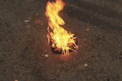 De gamla brännskadorna för den svarta plattan för vinyl på en sten ytbehandlar Royaltyfri Fotografi
