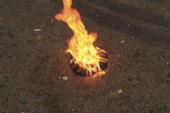 De gamla brännskadorna för den svarta plattan för vinyl på en sten ytbehandlar Arkivfoto