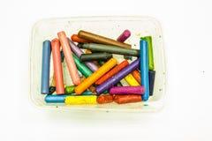 De gamla färgpennorna i plast- ask Arkivbild