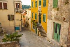 De gamla gatorna av den forntida staden av Labin, Kroatien royaltyfria bilder