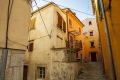 De gamla gatorna av den forntida staden av Labin, Kroatien Arkivfoto