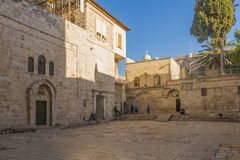 De gamla gatorna och husen av den forntida staden av Jerusalem Arkivbild