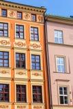 De gamla historiska hyreshusarna i Cracow, Polen Arkivfoton