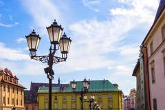 De gamla historiska hyreshusarna på den gamla marknadsfyrkanten i Cracow, Polen Royaltyfria Foton
