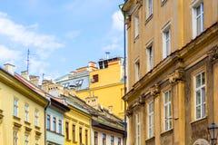 De gamla historiska hyreshusarna sänker i Krakow, Polen Royaltyfria Foton