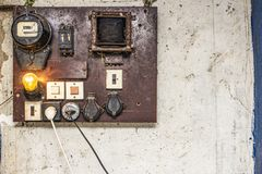 De gamla kabinetterna med ledningsn?t och att leda i r?r av kontrollen f?r elektriskt system i den lilla fabriken f?r automationa arkivbild