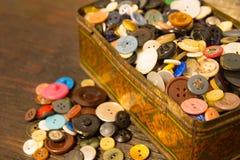De gamla knapparna Knappar i en gammal metallask Royaltyfri Fotografi