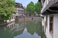 De gamla korsvirkes- husen av Strasbourg, reflekterade i vatten Arkivbild