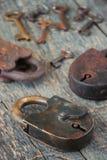 De gamla låsen med tangenter arkivfoton