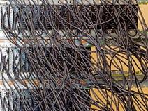 De gamla säkringarna och kablarna på kontrollbordet Arkivfoton