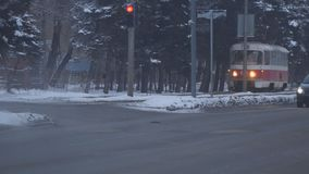 De gamla spårvagnstoppen på trafikljus i vinter arkivfilmer