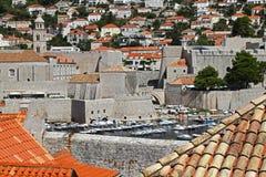 De gamla stadväggarna av Dubrovnik i Kroatien Royaltyfria Foton
