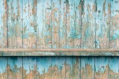 De gamla staketbrädena med klirrandet Målat ljus - blå målarfärg Royaltyfri Foto