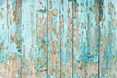 De gamla staketbrädena med klirrandet Målat ljus - blå målarfärg Arkivfoto