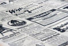 De gamla tidningsannonserna royaltyfria foton