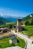 De gamla tornen i Svanetia, Mestia, Georgia Arkivfoto