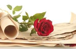 De gammala parchmentsna och bokstäverna med en rose Royaltyfria Foton