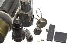 De gammala vakuumrören och integrerat - strömkretsar. Royaltyfria Bilder