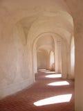 De gang en het vensterlicht van het klooster Stock Fotografie