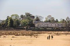 De gang kruist de droge rivier Royalty-vrije Stock Fotografie