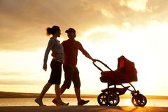 De gang van de familie bij zonsondergang royalty-vrije stock afbeelding