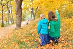 De gang van de familie in de herfst Royalty-vrije Stock Afbeelding