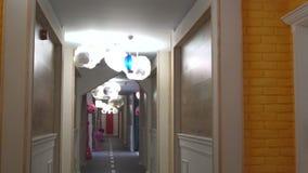 In de gang van de kinderen` s vloer van een vijfsterrenhotel in Kranevo, Bulgarije stock videobeelden