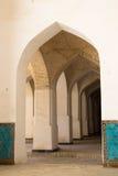 De gang van de kolommenboog Oriëntatiepunten in Boukhara stock afbeeldingen