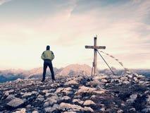 De gang van de mensentoerist op de bergpiek te kruisen Het gelijk maken van donkere, kleurrijke hemel tijdens zonsondergang Royalty-vrije Stock Foto