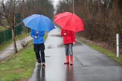De gang van de paarregen met paraplu Stock Fotografie
